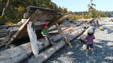 デボニアンパークへ。打ち上げられた木材で作られた基地。二人が見る所で何が起こったか?